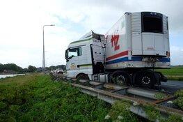 Vrachtwagen geschaard door harde wind in Bergen