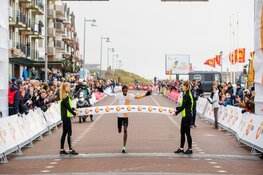 Bashir Abdi en Tsehay Gemechu winnen onstuimige editie NN Egmond Halve Marathon