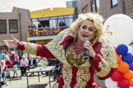 Karin Bloemen verrast bewoners De Oudtburgh tijdens Ali B Vrienden Tour